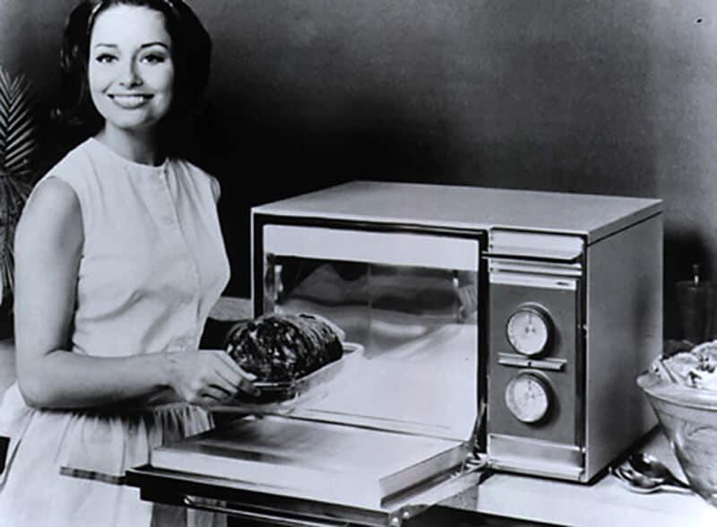 lò vi sóng ngày xưa, đầu tiên được sản xuất năm 1945